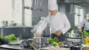 chefs de cuisine celebres célèbre chef d un grand restaurant prépare des plats grâce à ses