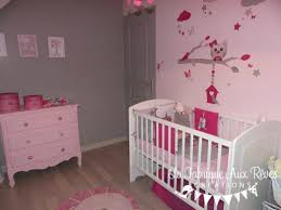 pas de chambre pour bébé decoration chambre bebe fille stickers tour lit fuchsia poudre