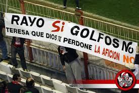 La afición rayista muestra pancartas opinando sobre la situación del club