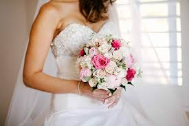 brides bouquet wedding flowers that special finishing touch preweddingplans