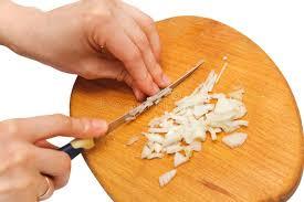 oignon blanc cuisine la femme remet couper l oignon blanc sur un panneau de cuisine