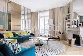 canapé mira caravane spacieux et joyeux le salon est en partie separe de la salle a