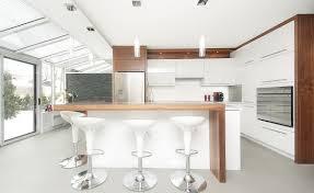 cuisine blanc et noyer comptoir de cuisine en bois cuisine complte laqu blanc avec