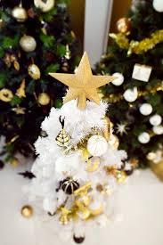 sapin de noel artificiel plus vrai que nature petit sapin de noël blanc neige avec décorations en or et noir