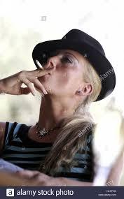 imagenes para perfil de jovenes mujer jóvenes sombrero fuma cigarrillos retrato en el lateral