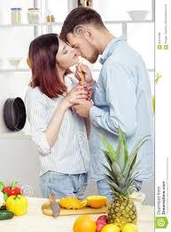 amour dans la cuisine couples heureux dans l amour dans la cuisine faisant le jus sain à