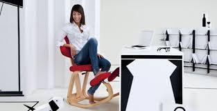 sedie svedesi ergonomiche sgabello ergonomico con poggia ginocchia su living by