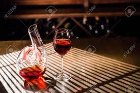 sur la table wine glasses vin rouge dans un verre et carafe placée sur la table en bois dans