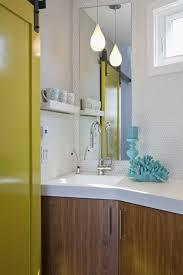 eckschrank badezimmer kleines bad mediterranisch stil blau gelb eckschrank waschbecken