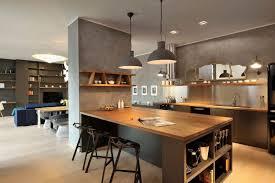 plan de cuisine ouverte sur salle à manger appartement contemporain noir et bois espaces ouverts cour