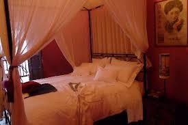 chambre coloniale un lit baldaquin en fer dans la chambre coloniale picture of