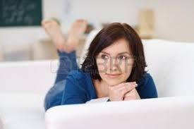 sur canapé femme sur canapé banque d images vecteurs et illustrations libres