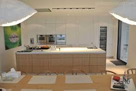 cuisine moderne blanche et cuisine intégré blanche et ilot en bois prestige architecture