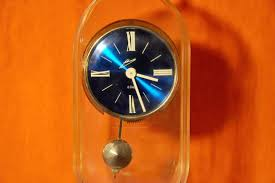 design gehã use design desk clock pendulum acrylic glass housing 1960 kusera