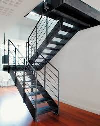 treppen aus metall halbgewendelte treppe gera stufen metall metallstruktur ohne
