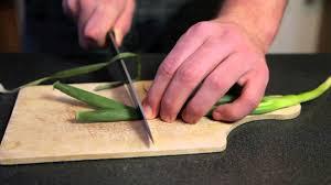 oignon blanc cuisine hacher un oignon vert la cuisine nature des jules