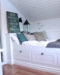 chambre sous combles couleurs déco chambre sous pente amenagement comble lit blanc et