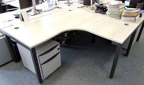 plateau de bureau d angle bureau dangle plateau de couleur bois clair pietement en metal