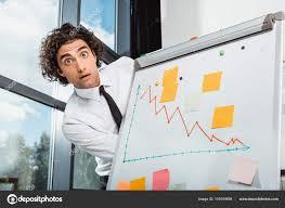 blanc au bureau homme d affaires près de tableau blanc au bureau photographie