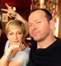 back view of amy carlson hair amy carlson on twitter linda and danny bluebloods donniewahlberg