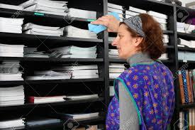 femme de m駭age bureau femme de ménage professionnel fatigué à travail au bureau banque