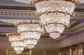 candelieri in cristallo bei candelieri a cristallo fotografia stock immagine di corridoio