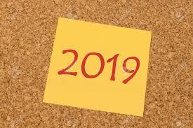 pense bete bureau pense bête jaune sur une planche de liège de bureau nouvel an