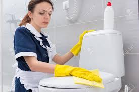femme de chambre gouvernante ou femme de chambre dans un uniforme propre nettoyage d