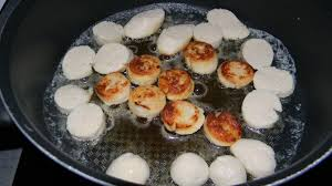 cuisine boudin blanc cuillère de boudin blanc et noir sur lit de confiture d oignon