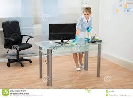 nettoyage bureau bureau de nettoyage de domestique dans le bureau image stock image