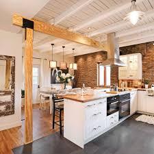cuisine ardoise et bois délimitée par de grands carreaux de porcelaine de 24 po x 12 po au