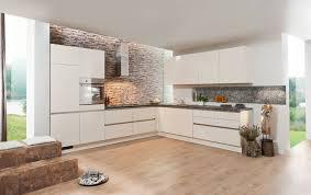 cuisines aviva com cuisine blanche brillante crédence façon brique http
