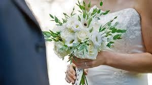 wedding bouquet wedding bouquet vs wedding dress choose the right bouquet