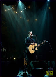 russell crowe closes out tour with band indoor garden party in