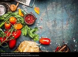 vegetarische küche frisches gemüse und gewürze für leckere vegetarische küche ein