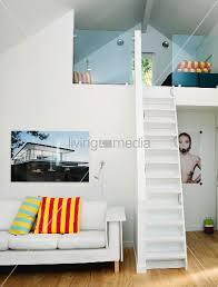 schmale treppen schmale steile treppe zur galerie unterm dach daneben weisse