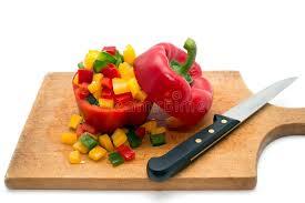 cuisiner les poivrons verts jaune coupé et poivrons verts et un couteau de cuisine sur un