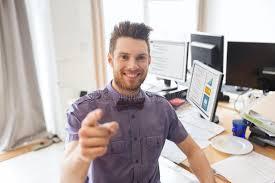 sexe au bureau employé de bureau de sexe masculin heureux dirigeant le doigt à vous