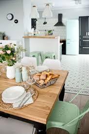 accessoire deco cuisine une cuisine vintage avec une déco de couleur pastel