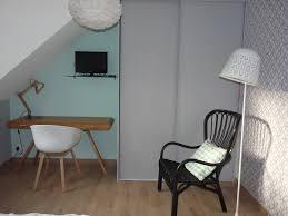 chambre d amis coin bureau et lecture créés dans une chambre d ami relookée par