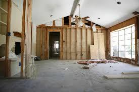 renovation chambre cloison de séparation dans la chambre sous la rénovation photo stock