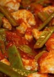 cuisiner des haricots plats poulet et haricots plats à la sauce de tomate