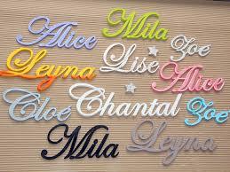 lettres décoratives chambre bébé prénoms décoratifs lettres en bois peint attachées plaque de porte