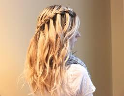Frisuren Lange Haare Wasserfall by Eine Anleitung Zum Haare Flechten Für Einen Seitlichen Zopf