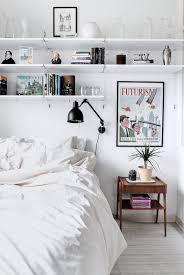 chambre journ chambre blanche et ses étagères en guise de tête de lit crédit