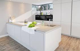 weiße küche mit holz beige hochglanz küche und holz arbeitsplatte nonchalant auf