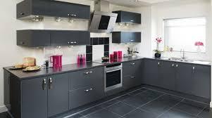 cuisine carrelage gris peinture mur cuisine prune idée de modèle de cuisine