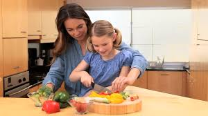 faire la cuisine fille faire la cuisine cuisiner hd stock 809 325 108
