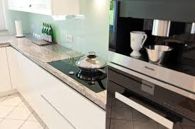 granit küche granit arbeitsplatte mit weißen fronten moderne klassik küche