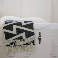 plaid sur canapé plaid canapé noir et blanc forestry